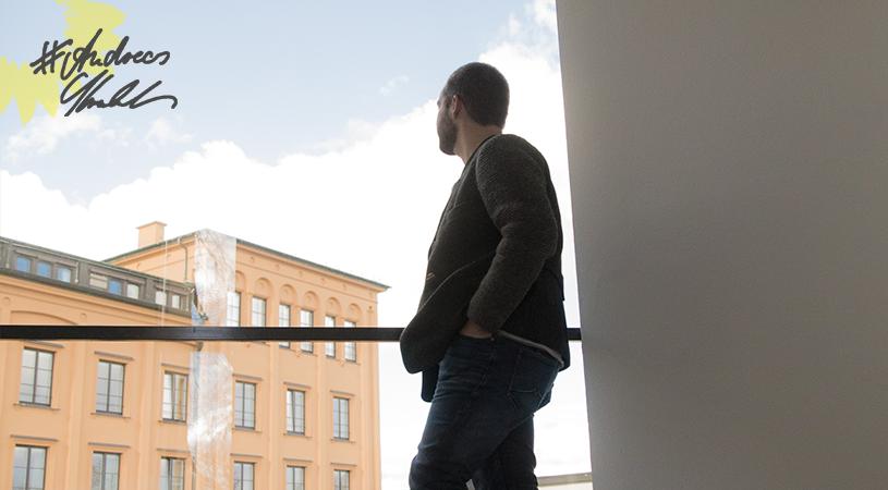 Andreas Krahl mit Aussicht auf das Hauptgebäude des bayerischen Landtags